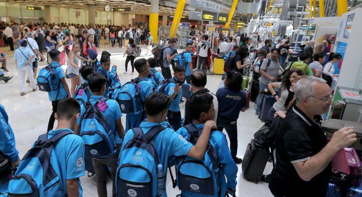 5965ef159bc Jóvenes del IMDER llegan al aeropuerto de Barajas en Madrid
