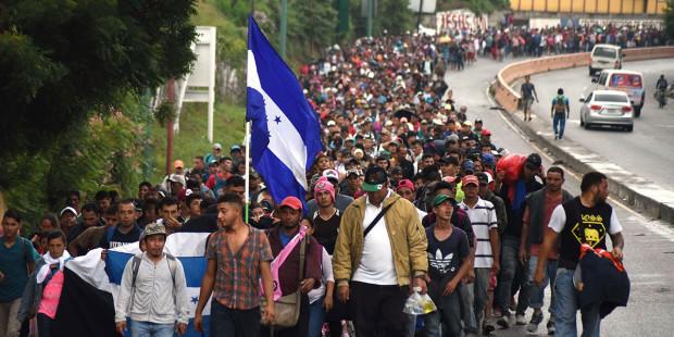Migrantes de segunda caravana rompen valla entre Guatemala y México